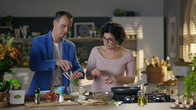 Gościem dzisiejszego odcinka jest Jerzy Mielewski, która wraz z Olgą Kwiecińską będzie przyrządzał gyros - jedno z najbardziej rozpoznawalnych dań kuchni śródziemnomorskiej. Wspólnie przedstawią przepis na gyros z piersi kurczaka. Wszystkie kuchenne czynności zostaną okraszone sportowym komentarzem w wykonaniu Jerzego.