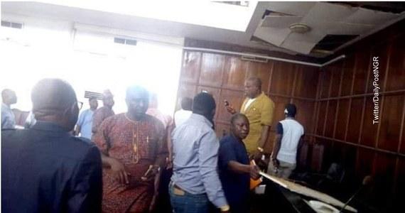 """Wąż wpadł przez sufit do sali plenarnej regionalnego parlamentu w stanie Ondo w południowo-zachodniej Nigerii. """"Posiedzenie odwołano, a budynek zabezpieczono"""" - poinformował w piątek rzecznik instytucji Olugbenga Omole."""