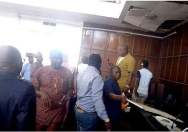 Nigeria: Posiedzenie przerwane przez węża. Gad wpadł do sali przez sufit