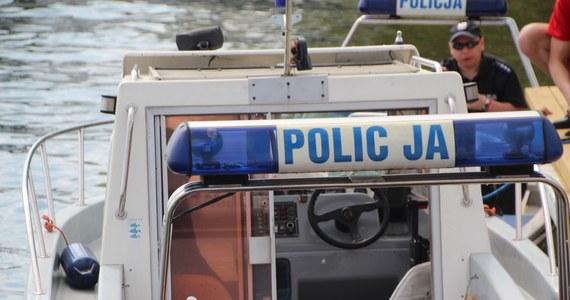 Ciało poszukiwanego w Bałtyku 42-latka odnaleźli w piątek wieczorem płetwonurkowie ze straży pożarnej. Ratownicy wodni, strażacy i policjanci wciąż poszukują 13-latka, który pomimo wywieszonej czerwonej flagi wszedł do morza w Rewalu (Zachodniopomorskie).