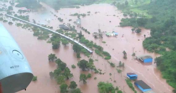 Indyjskie służby ewakuowały 1050 pasażerów z pociągu, który utknął w drodze do Mumbaju na zalanym powodzią torowisku.