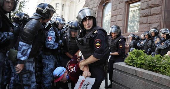 """Rosyjski opozycjonista Aleksiej Nawalny jest w """"stanie satysfakcjonującym"""" - poinformowała nad ranem w poniedziałek jego rzeczniczka Kira Jarmysz. Opozycjonista został w niedzielę przewieziony z aresztu do szpitala z powodu """"ostrej reakcji alergicznej"""". Miał opuchniętą, zaczerwienioną i pokrytą wysypką twarz. Rzeczniczka Nawalnego podkreśla, że nigdy wcześniej nie skarżył się na żadne alergie."""
