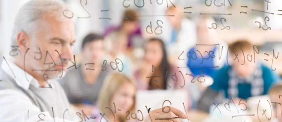 W ramach upowszechniania po roku 1990 kształcenia na poziomie średnim doszło w Polsce do dynamicznego wzrostu liczby liceów ogólnokształcących. Równocześnie nastąpiło ogromne zróżnicowanie poziomu pracy tych szkół. Można stwierdzić, że sytuacja w tym fragmencie rynku edukacyjnego bardzo przypomina sytuację na rynku szkolnictwa wyższego. Jest to jeszcze jeden aspekt kreowania w Polsce edukacji o pozornych wymaganiach. W zbiorze liceów mamy bowiem wiele szkół, które mają duże kłopoty z naborem uczniów, co wynika z braku zaufania młodych ludzi i ich rodziców do jakości ich oferty edukacyjnej. Są to szkoły w których sporo uczniów ma kłopoty ze zdaniem matury, czyli z uzyskaniem 30% możliwych do zdobycia punktów na egzaminie na poziomie podstawowym. Dla wielu z nich wskaźniki zdawalności matury mogą spaść w 2023 roku poniżej 50%, gdyż wówczas pojawi się warunek uzyskania trzydziestoprocentowego progu również na przynajmniej jednym egzaminie na poziomie rozszerzonym. Nie można nie wspomnieć, że są wśród nich szkoły do których w ubiegłych latach było się łatwiej dostać niż do zasadniczych szkół zawodowych (obecnie szkół branżowych I stopnia). Tymczasem liceum ogólnokształcące to szkoła, której głównym celem jest przygotowanie swoich uczniów do podjęcia w przyszłości studiów. W szkołach, o których piszę, mamy młodzież, która do studiowania w poważnych uczelniach nie jest przygotowana. Stąd też trafia ona w większości do szkół niezbyt zasługujących na nazywanie ich wyższymi lub też podejmuje po ukończeniu liceum naukę w szkołach policealnych. Warto zauważyć, że absolwenci tych LO bardzo rzadko podejmują studia na kierunkach ścisłych bądź technicznych. Czy szkoły nie spełniające fundamentalnego celu swojego działania powinny dalej nosić miano liceum ogólnokształcącego?