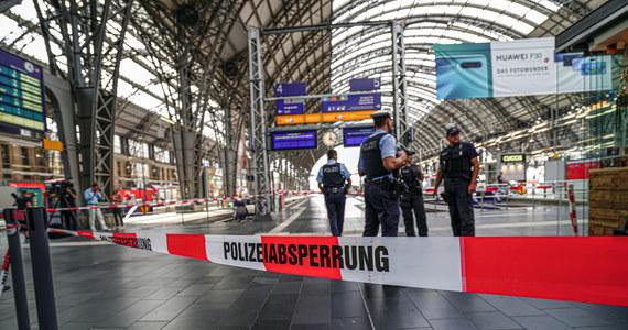 Pochodzący prawdopodobnie z Erytrei mężczyzna wepchnął w poniedziałek na dworcu we Frankfurcie pod nadjeżdżający pociąg ośmioletniego chłopca i jego matkę. Ośmiolatek zginął na miejscu. Sprawca został ujęty.