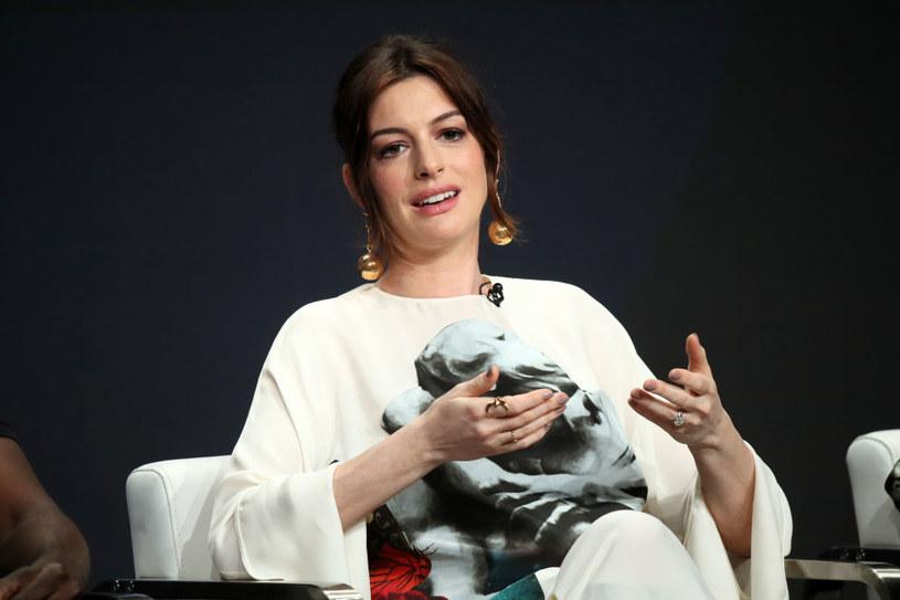 """Anne Hathaway, laureatka Oscara za rolę w musicalu """"Les Misérables. Nędznicy"""", zagrała w familijnej komedii """"The Witches"""" (""""Wiedźmy""""), która dwa tygodnie temu miała premierę w serwisie HBO Max. Film oburzył osoby z niepełnosprawnościami, bo - według nich - upowszechnia stereotyp """"przerażającego kaleki"""". Teraz aktorka bije się w piersi i obiecuje wyciągnięcie wniosków na przyszłość."""