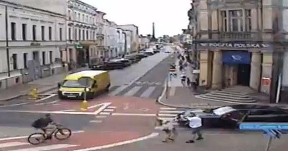 Zarzuty m.in. znieważenia pokrzywdzonej oraz spowodowania obrażeń ciała poniżej 7 dni usłyszał kierowca porsche, który uderzył kobietę na przejściu dla pieszych w Lesznie (woj. wielkopolskie).