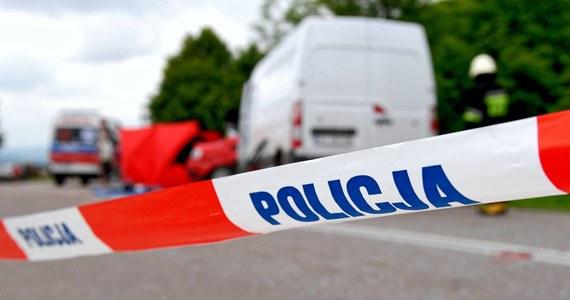 Tragiczny wypadek na drodze pod Giżyckiem, między miejscowościami Pieczonki i Sulimy (woj. warmińsko-mazurskie). Zginął 32-letni motocyklista, który na prostej drodze zderzył się z sarną. Mężczyzna stracił panowanie nad motorem, a potem uderzył w drzewo.