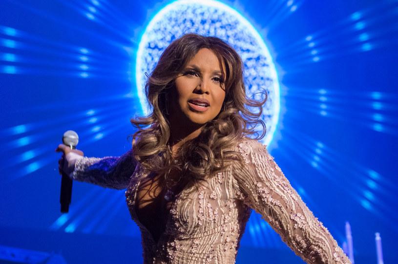 Amerykańska wokalistka Toni Braxton coraz rzadziej pokazuje się publicznie. W ostatnim czasie fotoreporterzy mieli okazję złapać ją podczas jednej z imprez branżowych. Fani komentujący zdjęcia piosenkarki  zaczęli sugerować, że Braxton w ostatnim czasie przesadziła z botoksem.