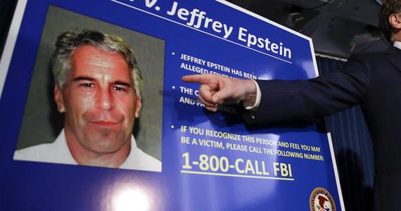 """""""O mój Boże łaskawy! Głębokie Państwo jest cholernie przerażone, a niektórzy z jego czołowych politycznych reprezentantów, gwarantuję Wam, chcą, żeby Jeff Epstein 'odszedł'. Nie ma co do tego wątpliwości. Nie wiem, dlaczego Biuro Więziennictwa umieściło Epsteina w celi więziennej z policjantem, który zabił cztery osoby i pochował je na swoim podwórku. Epstein powinien być w izolatce pod obserwacją. Tak więc ten, kto podjął tę decyzję, popełnił wielki błąd w ocenie sytuacji, jeśli nie było to zamierzone. To nie powinno się wydarzyć""""- w alarmistycznym tonie komentuje głośną pedofilską aferę, która wstrząsnęła Ameryką, były oficer CIA i demaskator. Kevin Shipp zwraca uwagę na zagadkową próbę samobójczą w więziennej celi podjętą przez zatrzymanego perwersa."""