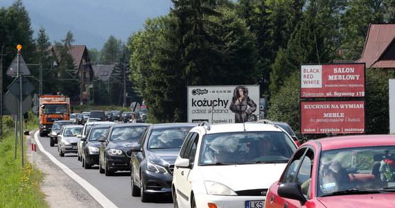 Uwaga turyści wybierający się do Zakopanego! Nie dajcie się zwieść popularnej nawigacji, która proponuje ominięcie centrum Zakopanego przez Ząb i Gubałówkę - obowiązuje tam zakaz ruchu. Tylko wczoraj w tym miejscu funkcjonariusze zakopiańskiej Straży Miejskiej zawrócili 700 samochodów. Taka próba skracania sobie drogi może kosztować 500 złotych, a w szczególnych wypadkach nawet 5000 - mówi komendant zakopiańskiej Straży Miejskiej Marek Trzaskoś.