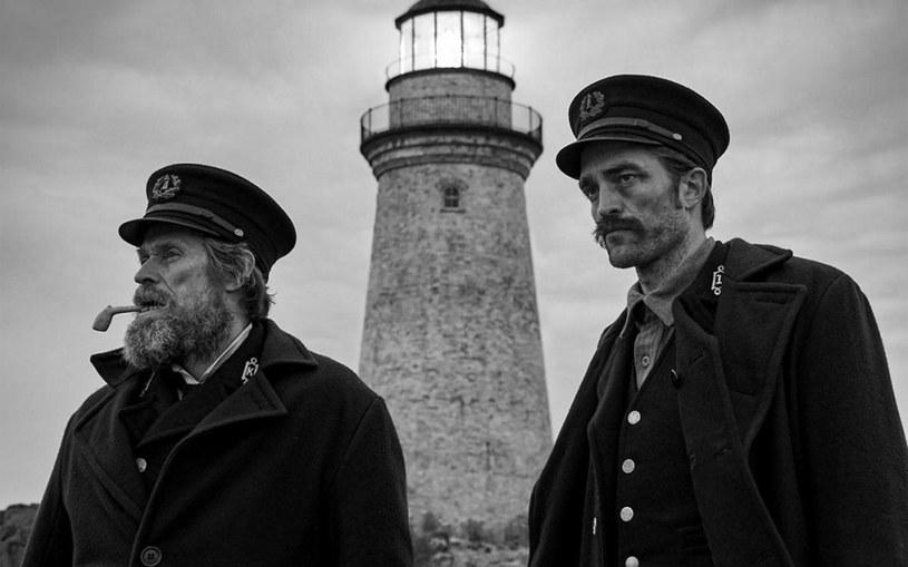 """Robert Eggers filmem """"Czarownica: Bajka ludowa z Nowej Anglii"""" udowodnił, że jest mistrzem napięcia, reżyserem przerażenia. Czy film """"The Lighthouse"""" z Willemem Dafoe i Robertem Pattinsonem w rolach głównych powtórzy sukces jego debiutu?"""