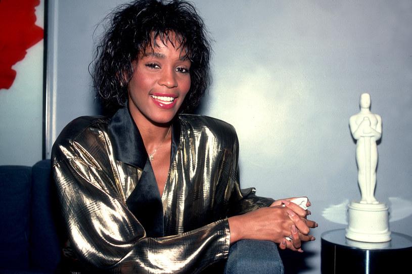 """Wielbiciele pamiętają jej zjawiskowy głos i przebojowe piosenki. O trudnym życiu nieżyjącej amerykańskiej wokalistki opowiada film """"Whitney"""", który zobaczymy ósmego sierpnia w TVP 2, dzień przed rocznicą jej urodzin."""