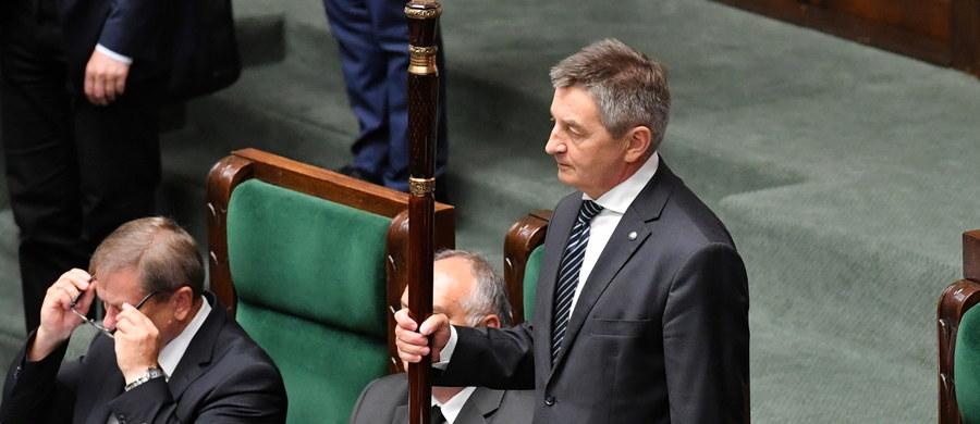 9 sierpnia Sejm zajmie się wnioskiem klubu PO-KO o odwołanie Marka Kuchcińskiego z funkcji marszałka Sejmu - wynika z opublikowanego wstępnego harmonogramu obrad. Wniosek to reakcja na informacje o kontrowersyjnych podróżach lotniczych marszałka i jego bliskich.