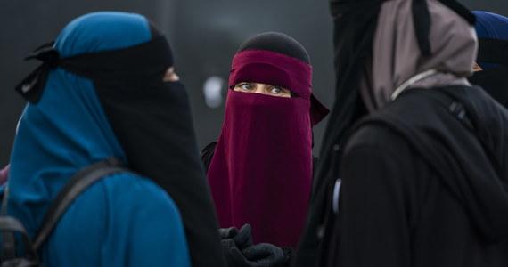 Zakaz noszenia islamskiej burki oraz wszelkiego rodzaju nakryć głowy zasłaniających twarz wchodzi od czwartku w miejscach publicznych. Holandia jest kolejnym krajem po Danii, Francji i Belgii, w którym będzie obowiązywał ten zakaz. Wprowadzenie nowych przepisów wywołało protesty niektórych grup ludności.