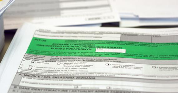 """Nowelizacja ustawy o podatku dochodowym od osób fizycznych, wprowadzająca """"zerowy PIT"""" dla osób w wieku do 26 lat - w czwartek wchodzi w życie."""