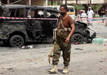Jemen: 40 ofiar ataku rakietowego i skoordynowanych zamachów samobójczych w Adenie