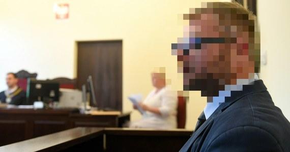 Zastępca prokuratora generalnego Krzysztof Sierak polecił złożenie do sądu wniosku o udzielenie dodatkowego głosu prokuratorowi ws. kary dla byłego bydgoskiego radnego PiS Rafała P., który znęcał się nad żoną. Prokuratura będzie się domagała kary bezwzględnego pozbawienia wolności.