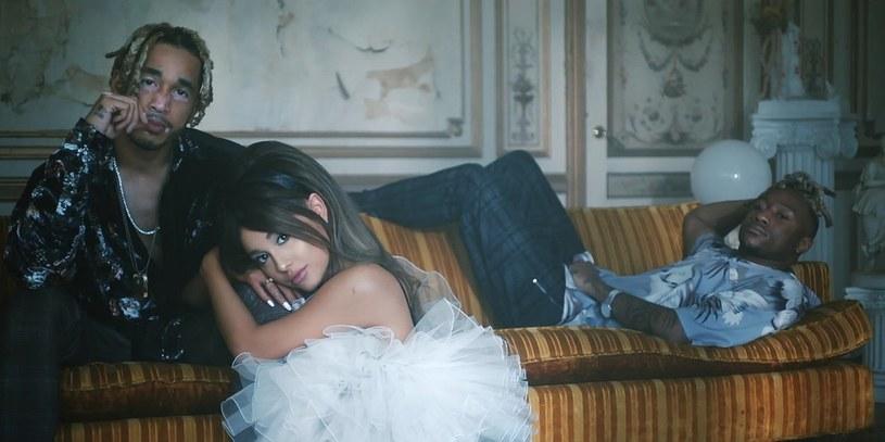 """Jedna z najważniejszych gwiazd popu - Ariana Grande - oraz coraz bardziej popularny producencki duet Social House połączyli siły, a efektem jest wspólny singel """"boyfriend"""". Do kawałka powstał również teledysk."""