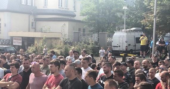 Ok. 200 górników z kopalń Polskiej Grupy Górniczej demonstrowało w piątek przed siedzibą tej spółki w Katowicach. Niezrzeszeni w organizacjach związkowych pracownicy domagali się podwyżek pensji o 1 tys. zł.