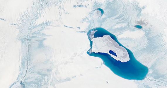Po miesiącach rekordowo wysokiej temperatury naukowcy  na Grenlandii odnotowali w czwartek największe topnienie lodowca tego lata. W ciągu jednego dnia do oceanu spłynęło 11 miliardów ton lodu. To równowartość ponad 4 milionów basenów olimpijskich.