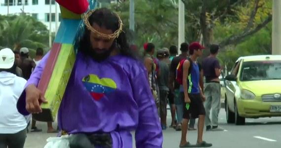 """Jesus Paucar z Wenezueli chciał zwrócić uwagę na dramat swoich rodaków. Postanowił odbyć szczególną pielgrzymkę, by zwrócić uwagę na kryzys panujący w Wenezueli. Mężczyzna przez 24 dni maszerował przez Kolumbię z krzyżem na plecach, na którym wyryty był napis """"SOS"""". Celem jego pielgrzymki była Wenezuela. Jego heroiczna wędrówka miała być przesłaniem dla Kolumbijczyków oraz innych narodów sąsiadujących z Wenezuelą, aby ze zrozumieniem traktowali uchodźców z tego kraju. Jak szacuje Organizacja Narodów Zjednoczonych, w wyniku kryzysu ekonomicznego panującego w Wenezueli kraj opuściło około 4 milionów obywateli."""