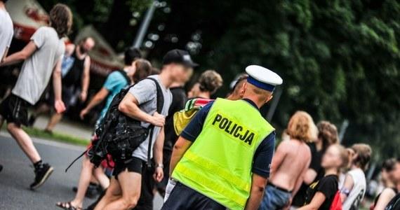 36-letni nagi mężczyzna zaatakował policjanta kierującego ruchem drogowym w ramach zabezpieczenia Pol'And'Rock Festival w Kostrzynie nad Odrą. Mężczyzna został zatrzymany. Wkrótce ma usłyszeć zarzuty.