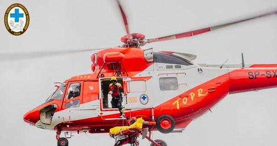 W piątek wieczorem ratownicy TOPR zostali wezwani na pomoc przez czterech turystów, który utknęli w eksponowanym terenie w rejonie Orlej Perci. Ratownicy na pokładzie śmigłowca dotarli do potrzebujących pomocy.