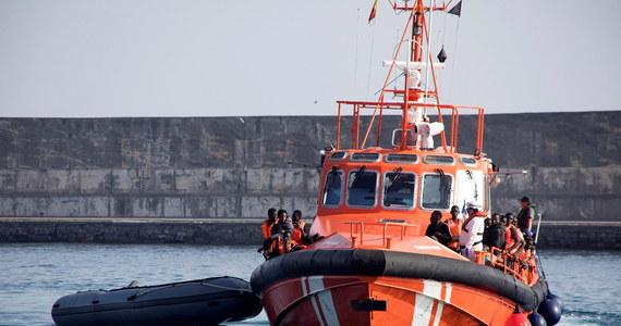 Hiszpańska organizacja Open Arms podała, że jej statek uratował 124 migrantów na Morzu Śródziemnym u wybrzeży Libii. Ponieważ Włochy odmówiły ich przyjęcia, trwają poszukiwania portu, w którym można by wysadzić migrantów zabranych z dwóch łodzi.