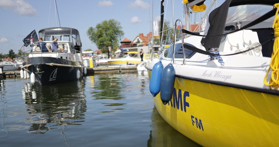 Tym razem w naszym wakacyjnym cyklu odwiedziliśmy Mikołajki na Mazurach, a konkretnie nasz żółto-niebieski port, czyli Wioskę Żeglarską. Przez weekend na naszej antenie i na RMF24 nie zabraknie żeglarskich tematów. Byliśmy na regatach, smażyliśmy omlety dla żeglarzy, a także popłynęliśmy w krótki rejs naszym Maxusem 33.1 RS.