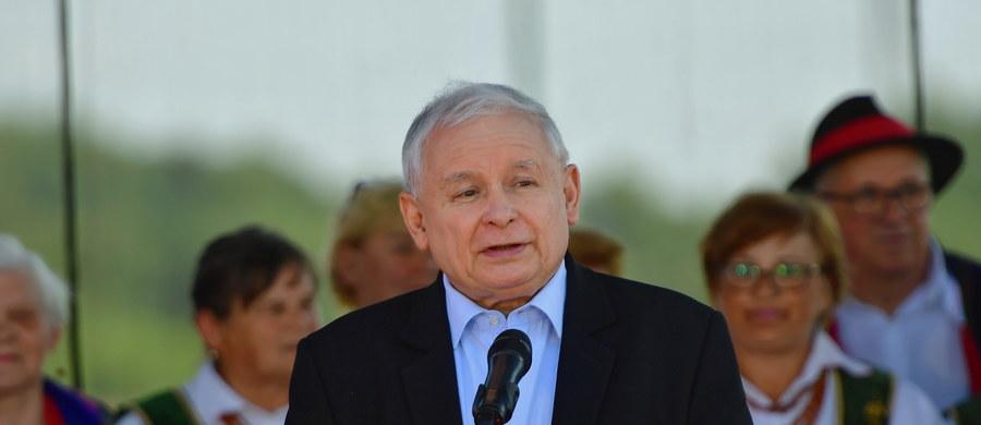 """""""Mamy wspaniałego prezydenta, ale powinien być wybrany na kolejną kadencję"""" – stwierdził w Dygowie prezes Prawa i Sprawiedliwości Jarosław Kaczyński. """"Najlepiej w pierwszej rundzie"""" - dodał."""