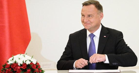 Panie prezydencie - rachunek już uregulowany; proszę dalej jeździć po Polsce i odwiedzać małe miasta, miasteczka i wioski - oznajmił na Twitterze pełnomocnik premiera ds. Programu Czyste Powietrze . Chodzi o rachunek na 900 zł za wstrzymanie rejsów w Szczecinku (Zachodniopomorskie).