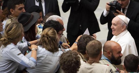 """Papież Franciszek podczas spotkania z europejskimi skautami w sobotę w Watykanie przestrzegał, że jeśli człowiek będzie dalej wyzyskiwał przyrodę, to udzieli mu ona """"straszliwej lekcji"""". """"Już to widzimy"""" - dodał."""