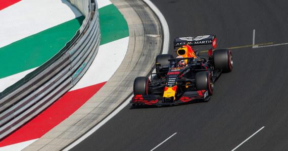 Holender Max Verstappen (Red Bull) po raz pierwszy w karierze wywalczył pole position. Z pierwszego pola wystartuje w niedzielnym wyścigu Formuły 1 o Grand Prix Węgier na torze Hungaroring. Robert Kubica (Williams) w kwalifikacjach był najwolniejszy.