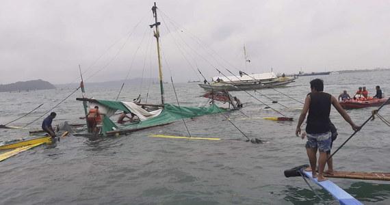 Co najmniej siedem osób zginęło, a 31 uratowano na Filipinach, kiedy podczas złej pogody zatonęły trzy promy na morzu między dwiema prowincjami kraju - poinformowała w sobotę filipińska straż przybrzeżna.