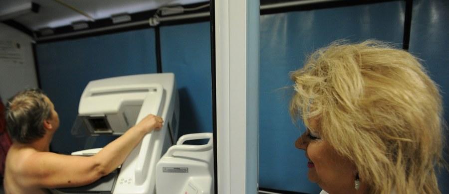 Coraz więcej kobiet w Polsce choruje na raka piersi. Według najnowszych danych z Krajowego Rejestru Nowotworów, rocznie taką diagnozę słyszy prawie 19 tysięcy kobiet. To średnio ponad 50 kobiet w ciągu dnia. U co trzeciej z nich choroba rozwija się do zaawansowanej postaci. Lekarze uspokajają, że zdecydowaną większość przypadków można wyleczyć. Potrzebna jest wczesna diagnoza.
