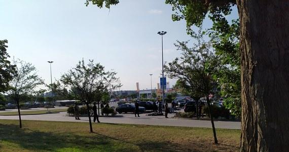Akcja policji w Krakowie przy centrum handlowym na alei Pokoju. Funkcjonariusze zatrzymali 20 osób. To głównie obywatele Rosji pochodzący z Kaukazu.