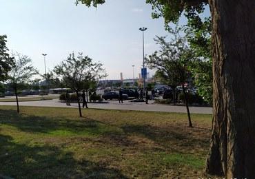 Policyjna akcja przy centrum handlowym w Krakowie. Zatrzymano 20 obcokrajowców