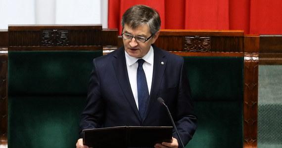 Liczba lotów była duża, ale wynikała z modelu pracy - powiedział marszałek Sejmu Marek Kuchciński podczas specjalnego oświadczenia. Polityk odniósł się w ten sposób do sprawy lotów rządowymi maszynami, podczas których przewoził także członków swojej rodziny.