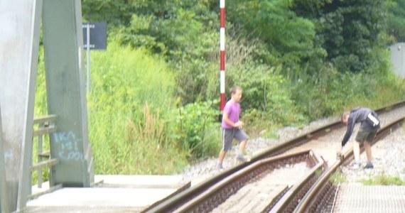 Niemiecka policja złapała na gorącym uczynku dwóch 12-latków z Polski, którzy na torach kolejowych na moście przez Nysę układali kamienie. To mogło się skończyć nawet wykolejeniem pociągu.