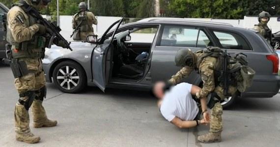 10 zatrzymanych, przechwyconych 10,5 litra płynnej amfetaminy, ponad 5 kg marihuany oraz ponad kilogram amfetaminy i MDMA - to efekt wielkiej akcji Centralnego Biura Śledczego Policji i funkcjonariuszy z komendy wojewódzkiej w Krakowie. Operacja wymierzona była w grupę podejrzaną o rozprowadzanie narkotyków na dużą skalę. W trakcie akcji policjanci oddali ostrzegawcze strzały.