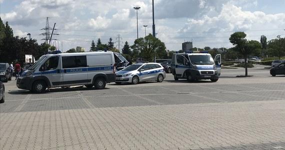 Czekali na inną grupę przestępczą - powiązaną prawdopodobnie ze środowiskiem krakowskich pseudokibiców, byli uzbrojeni w pistolety, siekiery, maczety i ręczne wyrzutnie gazu łzawiącego. Mowa o 26 mężczyznach zatrzymanych w wyniku poniedziałkowej akcji antyterrorystów na parkingu przed centrum handlowym M1 w Krakowie. Wszyscy usłyszeli już zarzuty. Służby podkreślają, że udało się zapobiec regularnej bitwie pomiędzy rywalizującymi ze sobą grupami przestępczymi.