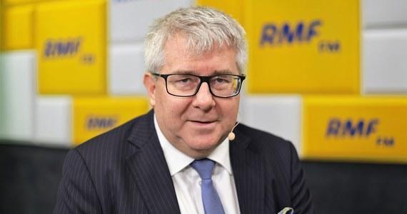 """""""Marszałek Kuchciński przeprosił, więc nie uważam, żeby istniały przesłanki do dymisji marszałka"""" – mówił Ryszard Czarnecki w Rozmowie w samo południe w RMF FM.  """"Wydaje mi się, że formację polityczną trzeba oceniać po tym, jak się zmierza się z problemem"""" -  trzeba jasno powiedzieć, to jest pewien problem. My się tym zajmiemy – dodał gość pytany o sprawę lotów marszałka Kuchcińskiego."""