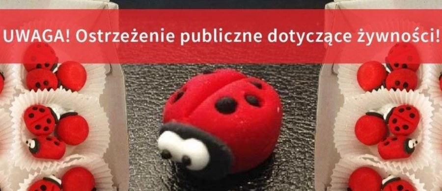 """Główny Inspektorat Sanitarny wycofał z obrotu jedną partię ozdoby cukierniczej pod nazwą """"Biedronka czerwona rodzina"""". Powodem jest zbyt wysoki poziom barwnika E 124."""