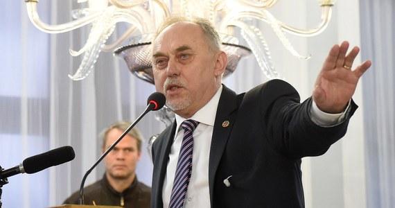 Urząd wojewódzki w Opolu zaskarżył niezrzeszonego posła Janusza Sanockiego, który przedwczoraj zniszczył barierkę na terenie urzędu. Doszło wtedy do awantury, a wezwani na pomoc policjanci wyprowadzili posła z budynku. Gdy pokazał legitymację poselską, został zwolniony. Swoje zachowanie określił jako bunt obywatelski przeciwko ograniczaniu prawa do swobodnego dostępu do urzędników. Parlamentarzyście grozi do pięciu lat więzienia.