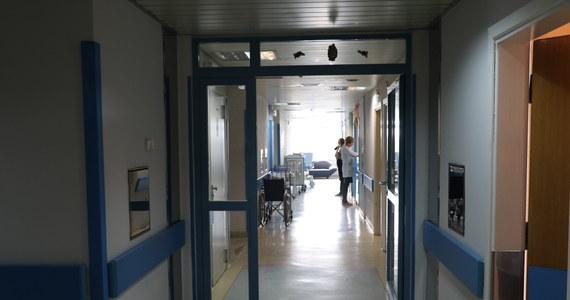 Prośba o ograniczenie wizyt u chorych i ścisły reżim sanitarny dla personelu i pacjentów obowiązuje do odwołania w szpitalu w Zielonej Górze w Lubuskiem. Powodem jest stwierdzenie u jednego z pacjentów opornej na antybiotyki barterii Klebsiella Pneumoniae NDM, potocznie zwanej bakterią New Delhi.