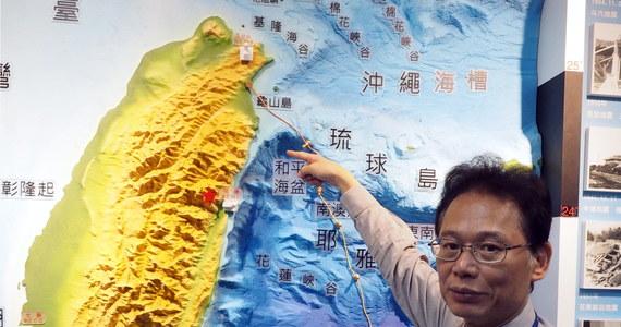 Jedna osoba zginęła w wyniku trzęsienia ziemi, które nawiedziło Tajwan w czwartek o świcie; wstrząsy odczuwalne były w stolicy wyspy Tajpej i spowodowały przerwy w dostawie prądu do ponad 10 tys. domów – poinformowały miejscowe władze.