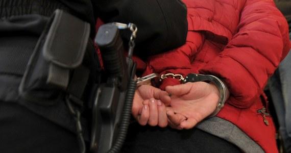 Zarzuty narażenia dziecka na bezpośrednie niebezpieczeństwo utraty życia i posiadania niewielkiej ilości marihuany usłyszała w piątek Patrycja M., matka trzymiesięcznej dziewczynki. Niemowlę zmarło w środę w jednym z bloków Jędrzejowie.  W chwili zdarzenia 29-letnia kobieta była pijana. Grozi jej do 10 lat więzienia.