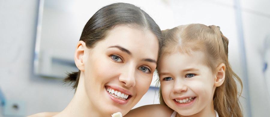 Próchnica jest chorobą zakaźną, groźną nie tylko dla zdrowia jamy ustnej, ale i całego organizmu. Dotyka już najmłodszych dzieci, a potem nieleczona rozwija się, przenosząc się na zęby stałe. Tymczasem odpowiednie nawyki higieniczne i żywieniowe mogą nas i nasze potomstwo w łatwy sposób przed nią uchronić. O tym, czym grozi nieleczona próchnica i jak się przed nią chronić mówi dr Kamila Wasiluk, lekarz stomatolog i ortodonta.