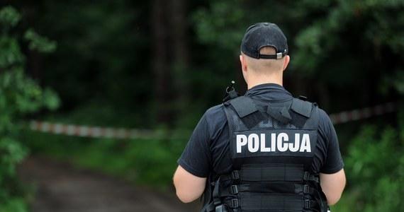 Uzbrojonego w widły i siekierę mężczyzny z zaburzeniami psychicznymi poszukują policjanci z Biłgoraja na Lubelszczyźnie. Nad ranem funkcjonariusze zostali tam wezwani do domowej interwencji. Kiedy się pojawili, mężczyzna uciekł do lasu.