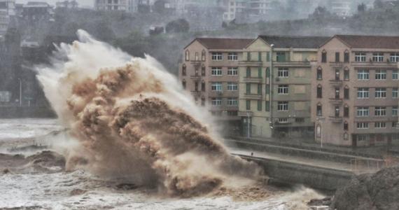 Ponad milion osób ewakuowano na południu Chin z powodu gwałtownego tajfunu, który uderzył w tamtą część kraju. W wyniku ulewnych deszczy, które wywołał i osunięć ziemi zginęło co najmniej 13 osób, a 16 uznaje się za zaginione.